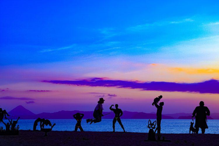 神川海岸の影絵アート